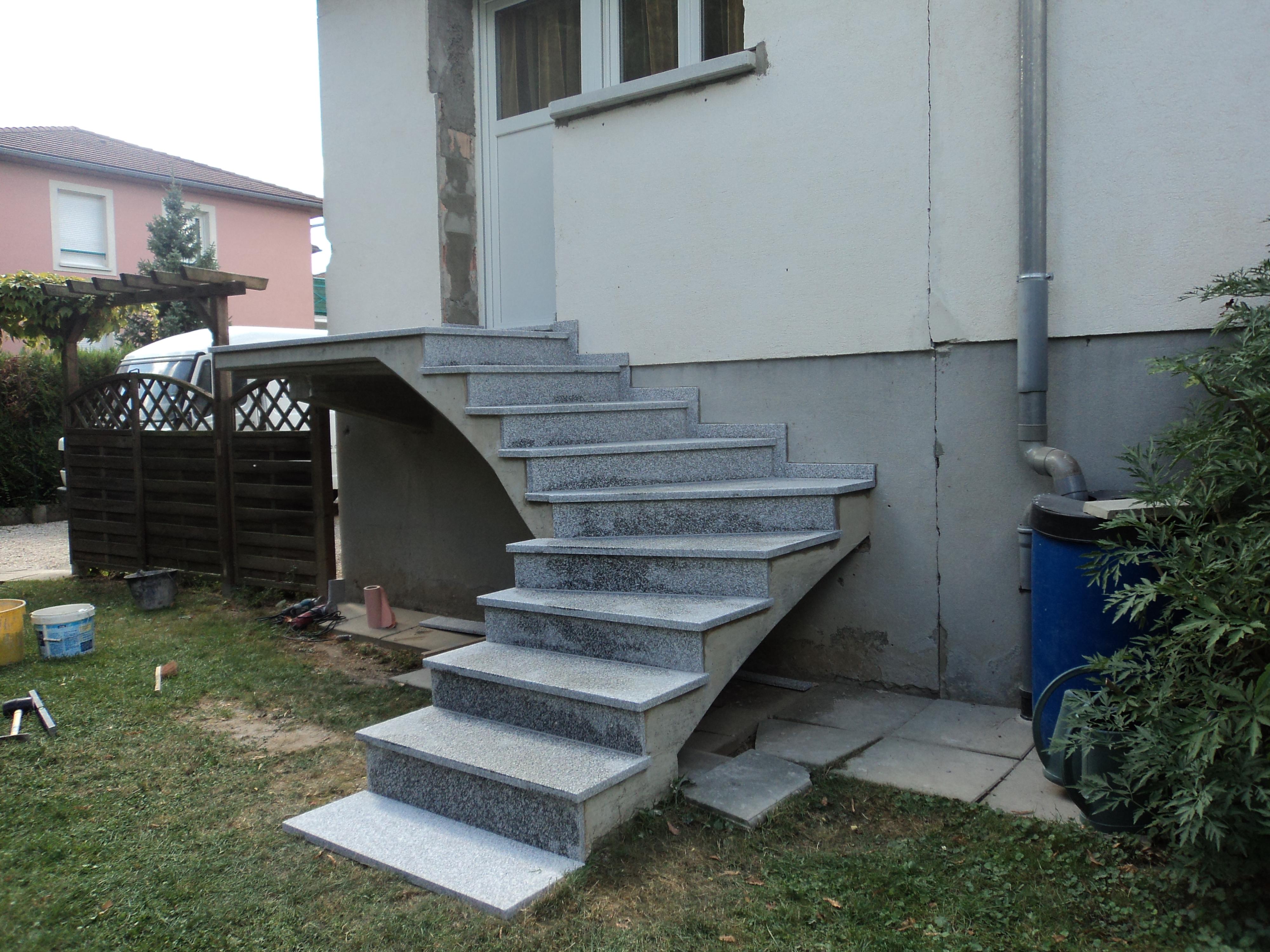 escalier en granit, flammé, antidérapant, gris clair, gris du tarn, granit français. chantier en Alsace, Mulhouse, Altkirch, Guebwiller, Ensisheim, Saint Louis, Colmar