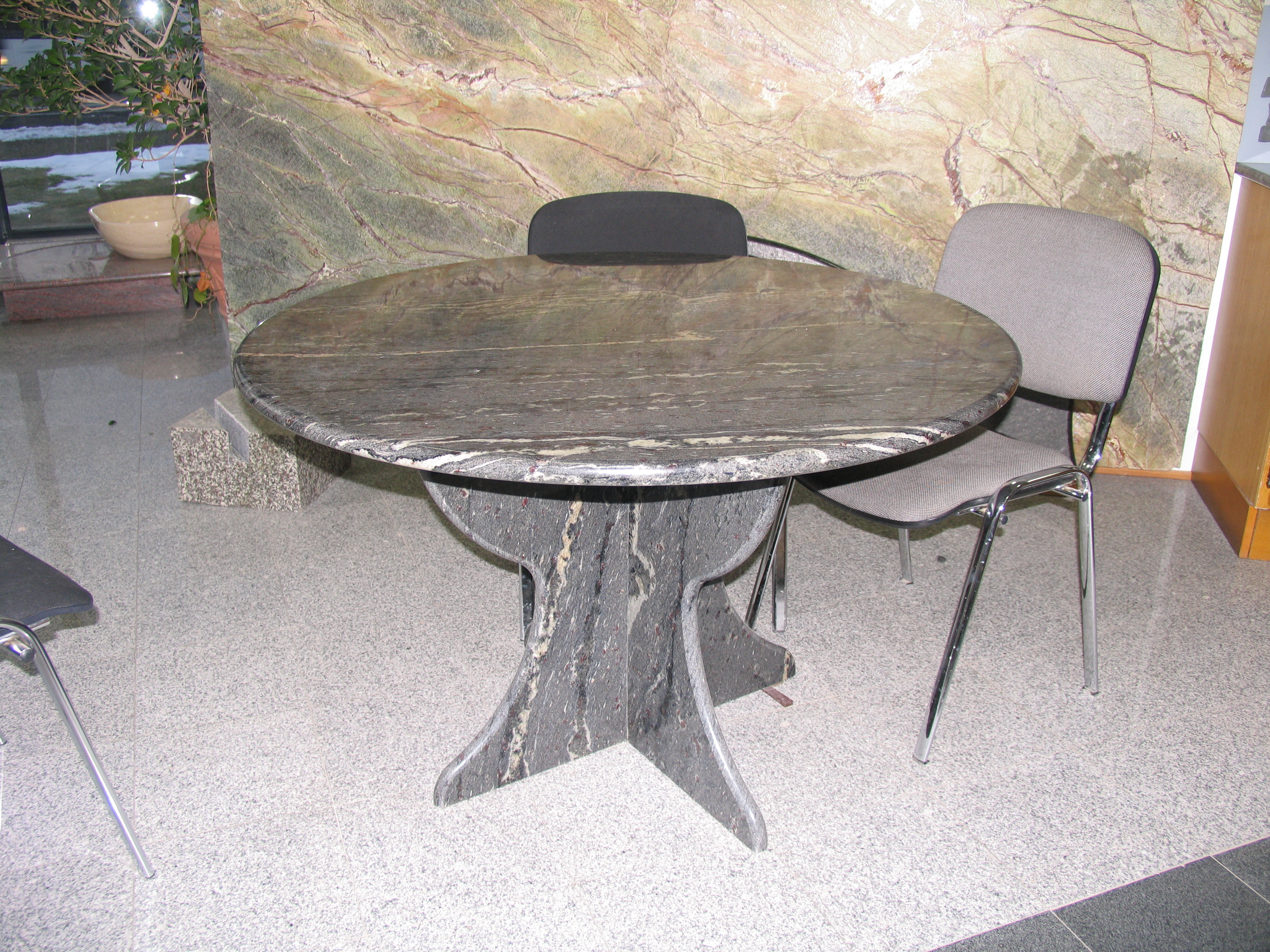 table cuisine en granit, plateau rond, chant demi-rond Altkirch