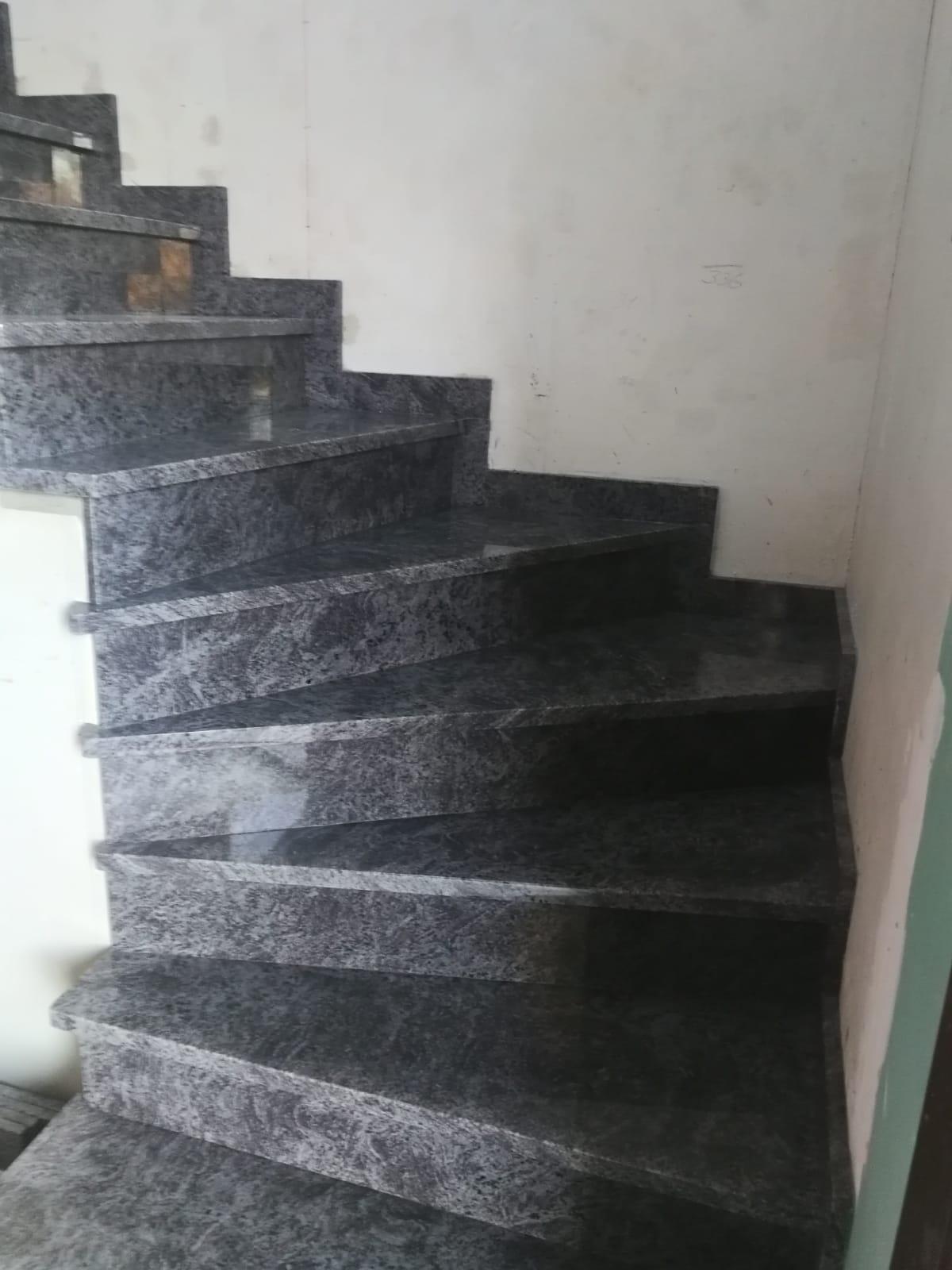 Escalier intérieur en granit bleu
