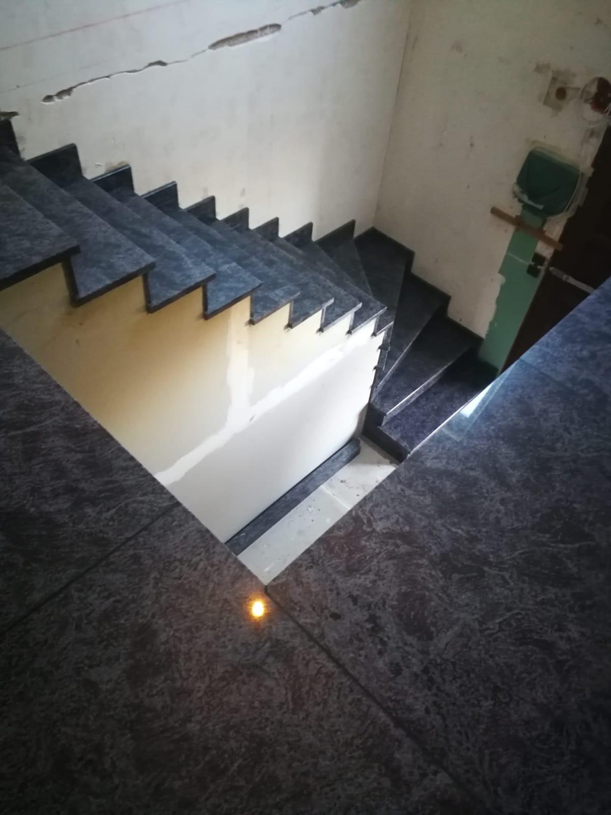escalier avec plinthes en granit
